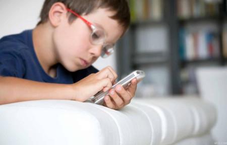 تطبيق جديد.. شاهد ما يرسله طفلك من هاتفه