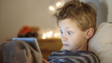الإفراط فى استخدام الهواتف الذكية يؤخر تطور الكلام لدى الأطفال