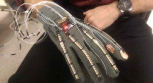 قفاز كهربائي يمكنه تحويل لغة الإشارة