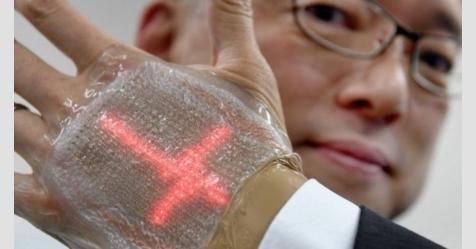 ياباني يبتكر شاشة رقيقة جدا تلصق على اليد مثل الضمادات
