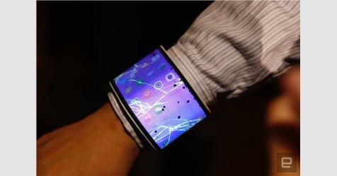 أول هاتف «قابل للطي» في العالم يمكن ارتداؤه بمعصم اليد