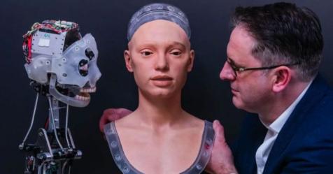 أول روبوت رسّام يقدم أداء فنياً كالبشر